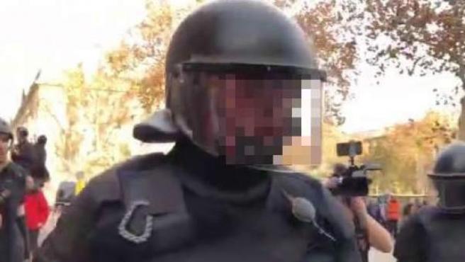 Mosso d'Esquadra que responde a un miembro de los CDR.