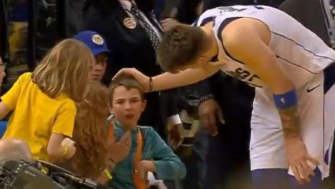 Luka Doncic consuela a un niño al que arrolló.