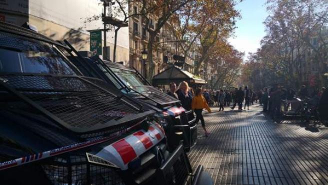 Furgones de los Mossos en La Rambla de Barcelona.