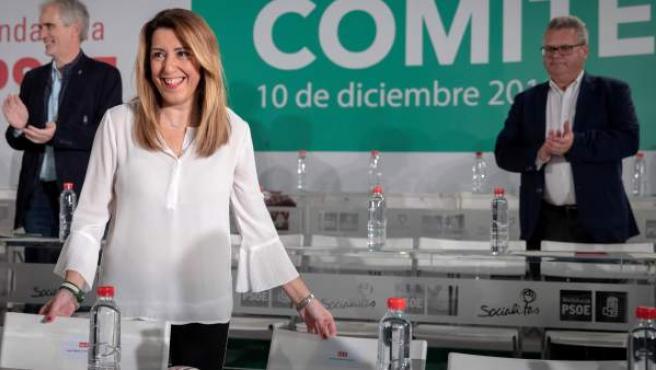 Susana Díaz recibe los aplausos de los miembros de la ejecutiva del PSOE de Andalucía.