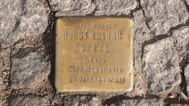 Una placa de la iniciativa 'Stolperstecine', situada en una calle de Berlín.