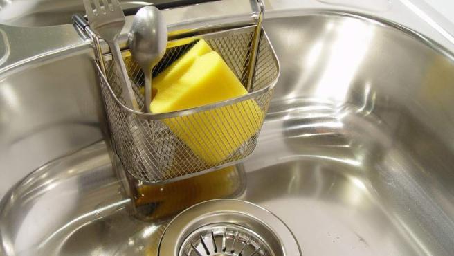 El estropajo es sin duda el objeto más sucio de la casa, ya que alberga una gran cantidad de gérmenes. Pasa también en las bayetas y los trapos de cocina. Evidentemente el fregadero no sale mucho mejor parado.