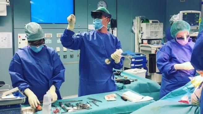 Intervención en el Complejo Hospitalario de Navarra con apoyo de unas gafas de realidad aumentada.
