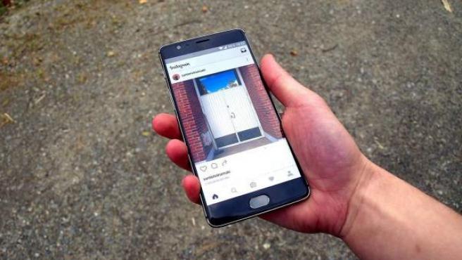 Un teléfono Android con la aplicación de Instagram abierta.