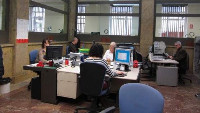 Imagen de archivo de funcionarios en su puesto de trabajo.