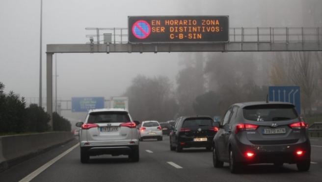 Paneles advirtiendo del protocolo 2 para frenar la contaminación en Madrid.