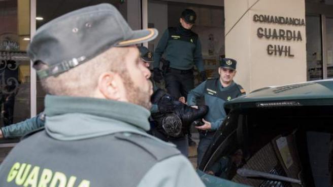 Traslado de Bernardo Montoya a los juzgados de Valverde entre gritos de 'asesino'.