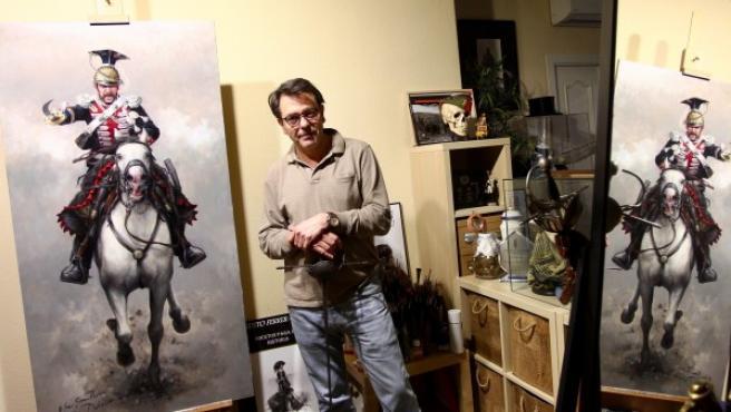 Augusto Ferrer Dalmau, 'el pintor de batallas', en su estudio en Madrid con una espada toledana de su colección.