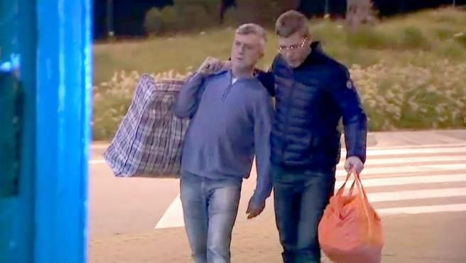 Salida de prisión de Jordi Magentí, a la izquierda.