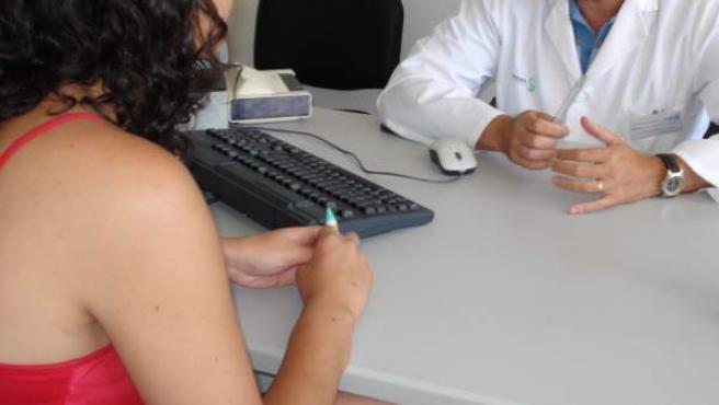 Una joven acude a la consulta del médico.