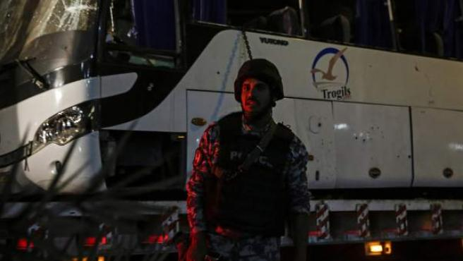 Un soldado, junto al autobús de turistas vietnamitas que sufrió un atentado el viernes en Giza.