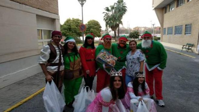 Entrega solidaria de juguetes por parte de taxistas