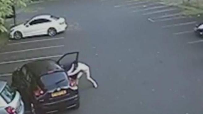 Momento en el que el futbolista Riccardo Calder pega a una mujer tras una discusión de tráfico.