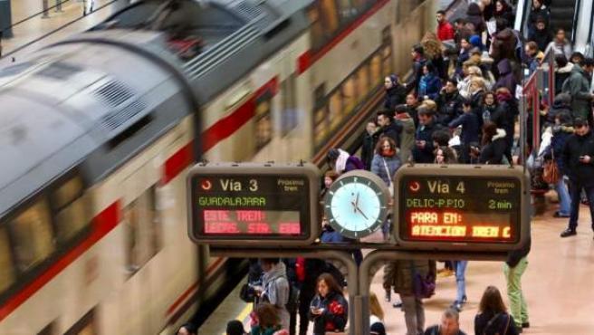Viajeros subiendo a un tren de Cercanías.