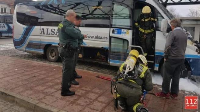 Microbús afectado por el incendio