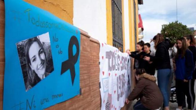 Jóvenes del instituto de la localidad onubense de Zalamea la Real colocan carteles realizados por ellos mismos en repulsa por la muerte de la joven zamorana Laura Luelmo.