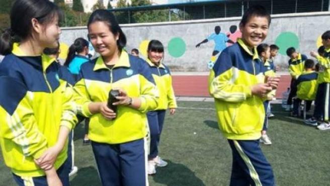 China desarrolla uniformes escolares que rastrean la ubicación del alumno.