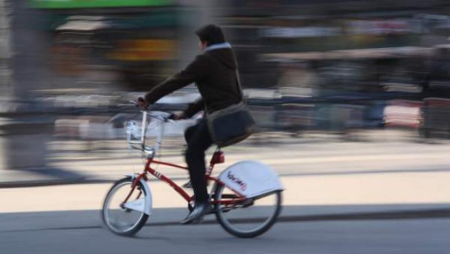 Una usuaria del Bicing circula por Barcelona con una de las bicicletas.