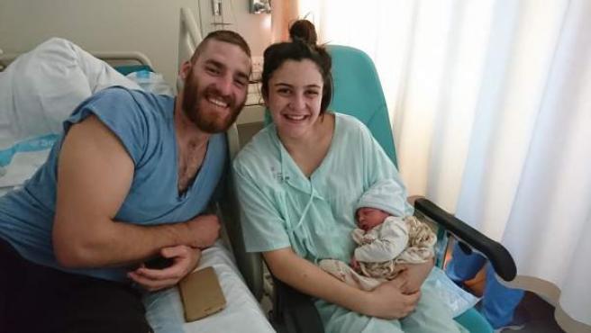 Tomeu, el primer niño de 2019 en Baleares, con sus padres.