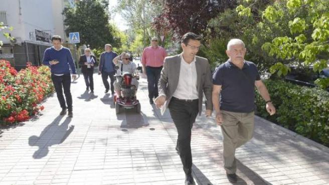El alcalde, Francisco Cuenca, en una visita al barrio de la Chana