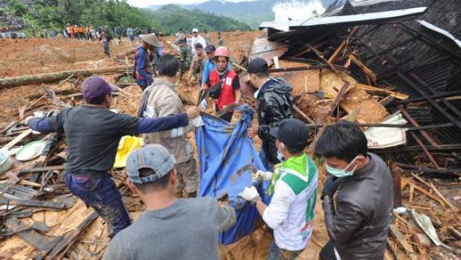 Labores de rescate por el corrimiento de tierras en Java.