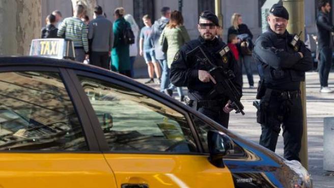 Agentes de los Mossos d'Esquadra patrullan por el centro de Barcelona,