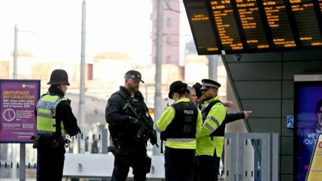 Policía en la estación de tren Victoria de Manchester.