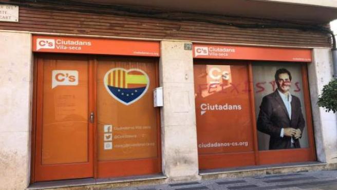 Pintan la sede de Cs de Vila-seca con mensajes de 'fascistas' y 'perros'