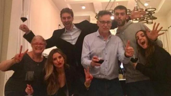 Pau Gasol ha compartido una foto familiar para dar la bienvenida al año nuevo.