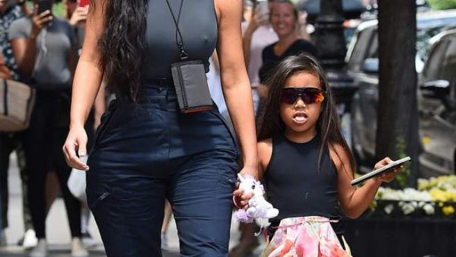 Kim Kardashian pasea con su hija mayor North West por la zona del Soho (Nueva York).