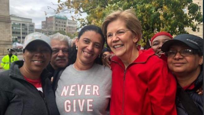 Elisabeth Warren (tercera mujer por la izquierda), es senadora demócrata y precandidata para las elecciones en EE UU de 2020.