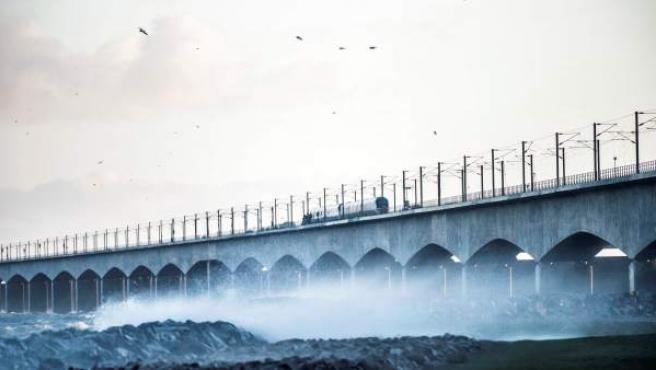 Vista del puente del Gran Belt en Nyborg (Dinamarca) tras registrarse el accidente ferroviario.