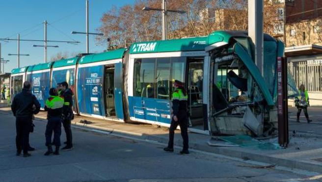 Personal del Trambesòs junto al convoy que ha sufrido un accidente hacia las 08:45 en la estación de Sant Adrià (Barcelona), y que ha provocado cuatro heridos, entre ellos la conductora del tranvía, que ha quedado atrapada al chocar violentamente el vehículo contra el tope existente al final de la línea T4, lo que ha provocado el descarrilamiento de la unidad.