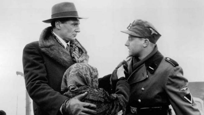 La medalla de plata es para 'La lista de Schindler' de Spielberg, cuya nota acaricia el sobresaliente (8,97). Ganó siete Óscars y tres Globos de Oro.