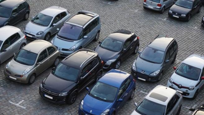 Imagen de archivo de vehículos de ocasión estacionados.