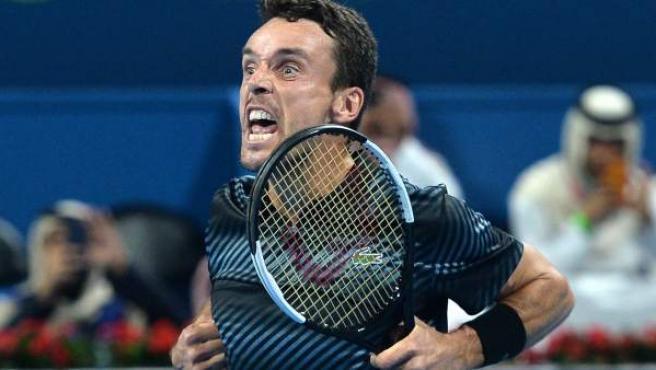 El tenista español Roberto Bautista celebra su victoria ante el serbio Novak Djokovic.