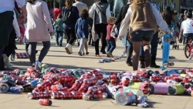 Varios niños en el arrastre de latas en Algeciras este enero de 2019.