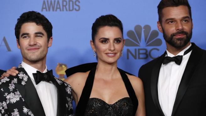 Darren Criss, que se ha llevado el Globo de Oro al que también estaba nominado Banderas, Penélope Cruz y Ricky Martin posan antes de la ceremonia de los Globos de Oro.