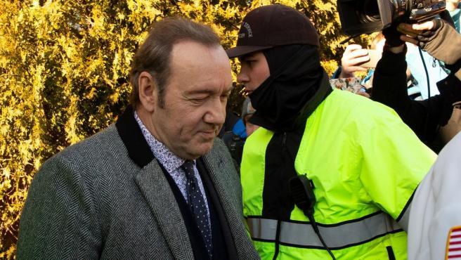 El actor Kevin Spacey, escoltado a su salida del tribunal de Nantucket, en Massachusetts, Estados Unidos.
