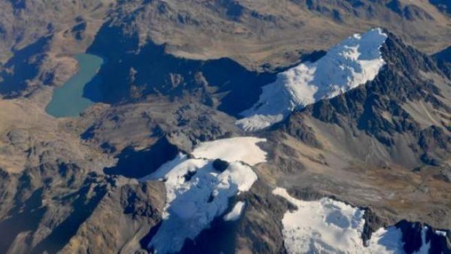Foto aérea de una cadena montañosa en Perú.