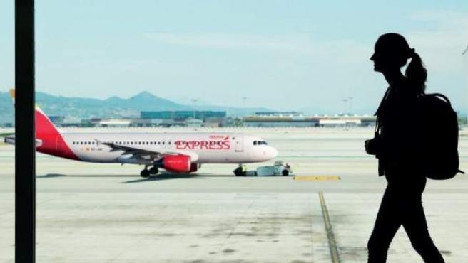 Un avión de Iberia Express, en la pista de un aeropuerto.
