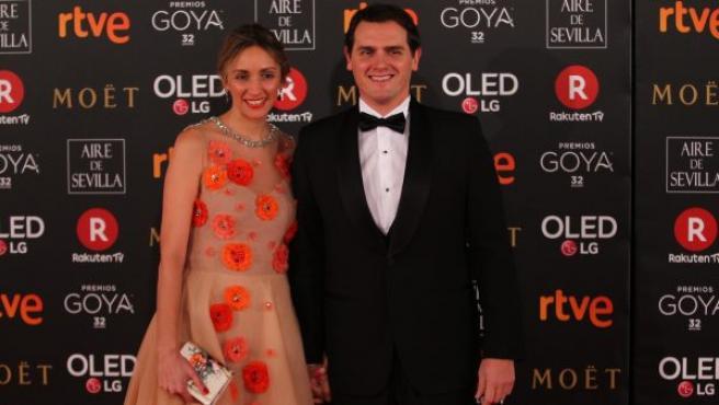 El líder de Ciudadanos, Albert Rivera, y su pareja Beatriz Tajuelo, posan muy sonrientes sobre la alfombra roja de la 32 edición de los Premios Goya.