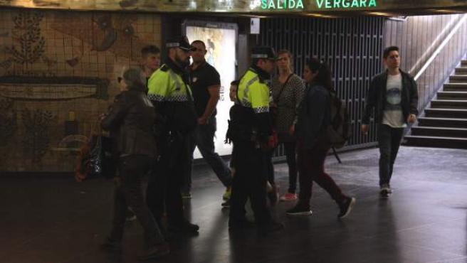 Agentes de la Urbana en el vestíbulo de la estación de la plaza de Catalunya en una imagen de archivo.