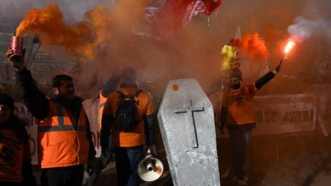 Trabajadores de Alcoa de Avilés y A Coruña durante la manifestación ante el Ministerio de Industria.
