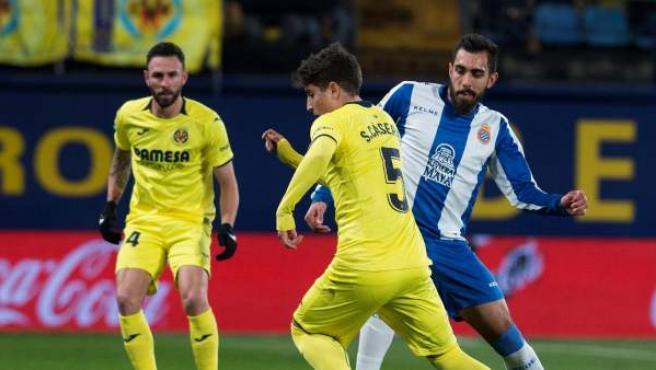 Cáseres conduce un balón ante el Espanyol.