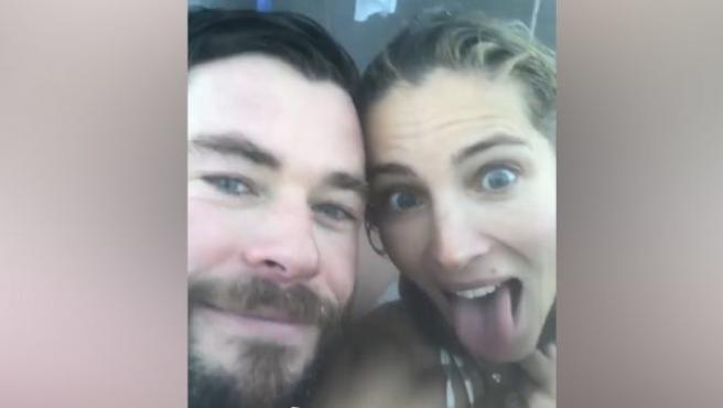 Elsa Pataky, en bikini y bajo cero con Chris Hemsworth.