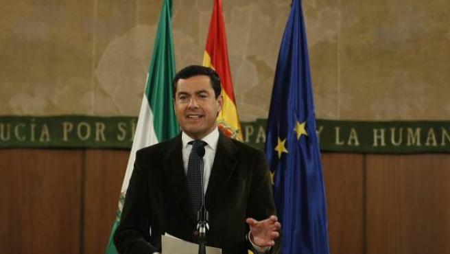 El líder del PP-A, Juanma Moreno, durante su comparecencia esta tarde en el Parlamento de Andalucía en Sevilla tras firmar los acuerdos con Cs y Vox.