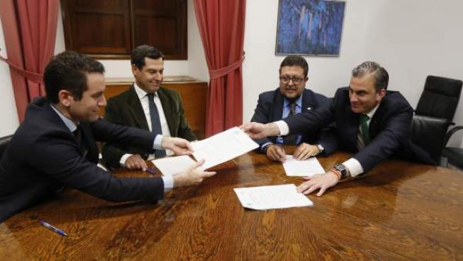 Los dirigentes de PP y Vox, durante la firma.