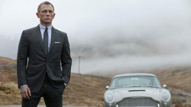 Daniel Craig interpretando a James Bond.