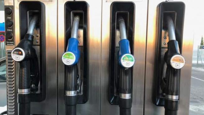 Surtidor de gasolinera con las nuevas etiquetas para las gasolinas.